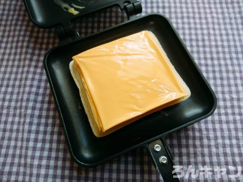 ホットサンドメーカーでツナマヨネーズのランチパックを重ね焼き(チェダーチーズをのせてブラックペッパーをかけるアレンジレシピ)