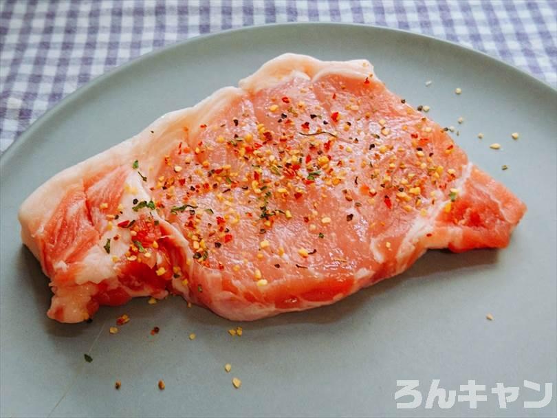 豚ロース肉にほりにしをかけて下味をつける