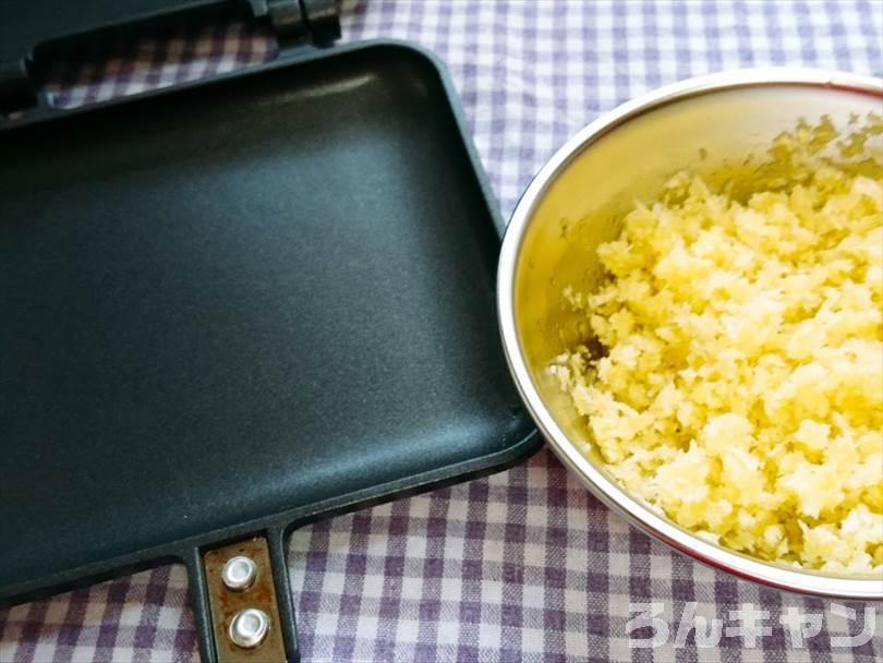 ホットサンドメーカーにオリーブオイルをかけて混ぜでたパン粉をのせる
