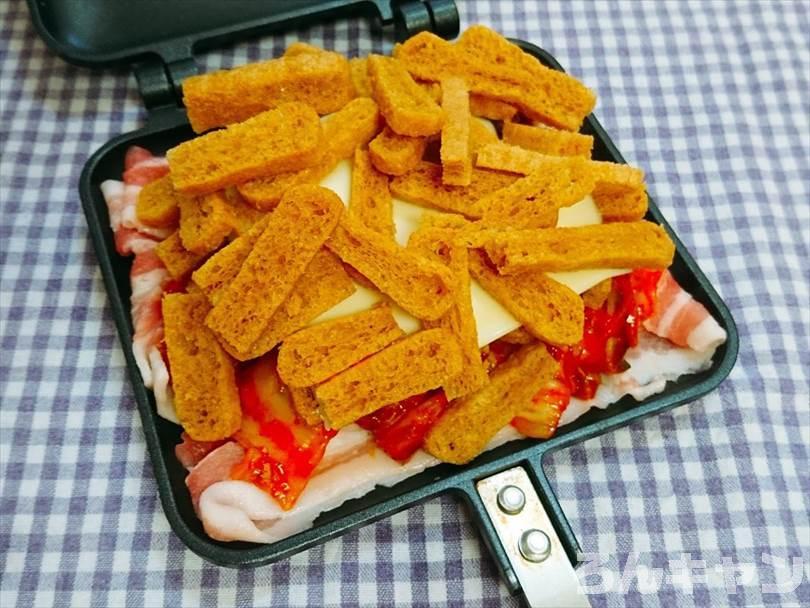 ホットサンドメーカーで焼く前の豚キムチチーズ