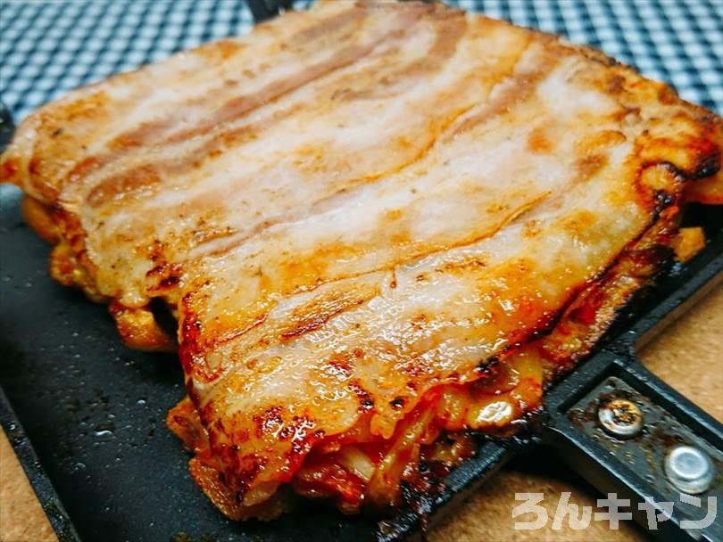 ホットサンドメーカーで焼いた豚キムチチーズ