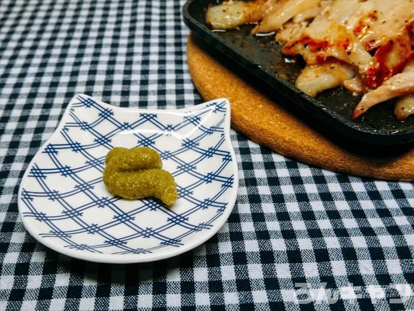 ホットサンドメーカーで焼いた豚トロに柚子胡椒をつけて食べる