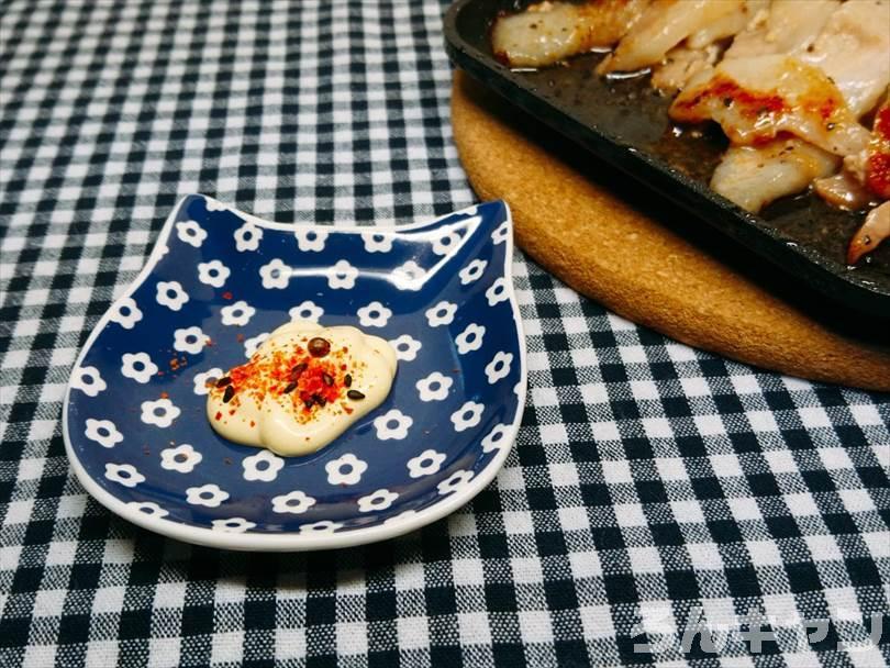 ホットサンドメーカーで焼いた豚トロに七味マヨネーズをつけて食べる