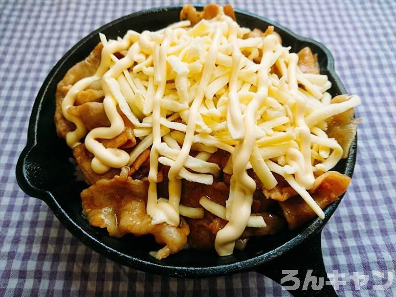 ダイソーのスキレットで焼肉丼を焼く(チーズとマヨネーズをトッピング)