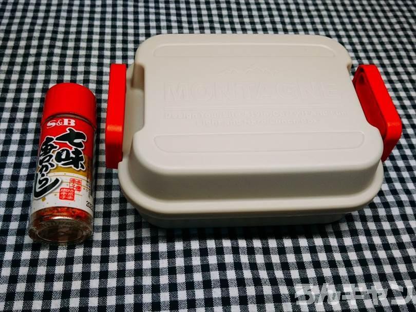 100円ショップで買ったスポンジ・たわし・金たわし・スパイスボトル(洗剤を入れる)・収納ボックス