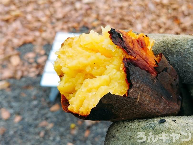 キャンプのバーベキューで焼き芋を味わう(半分に割った様子)