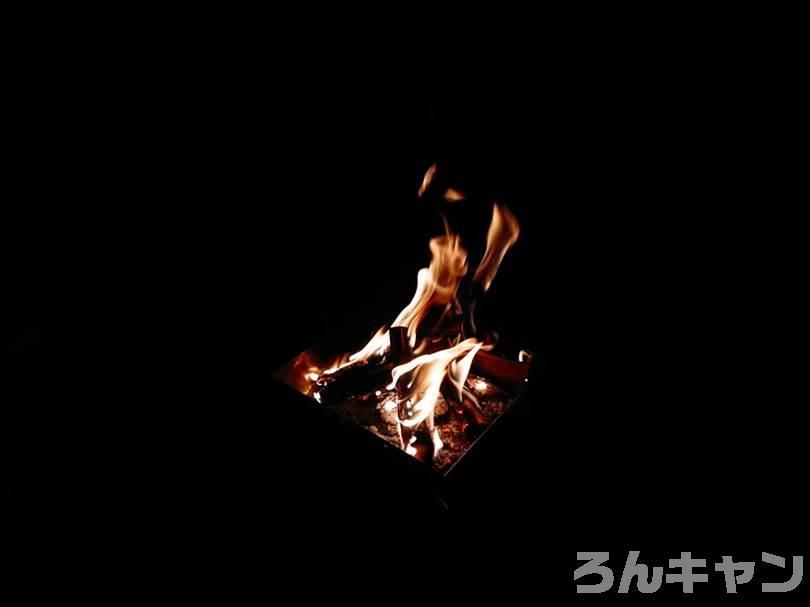 夜の焚き火の炎