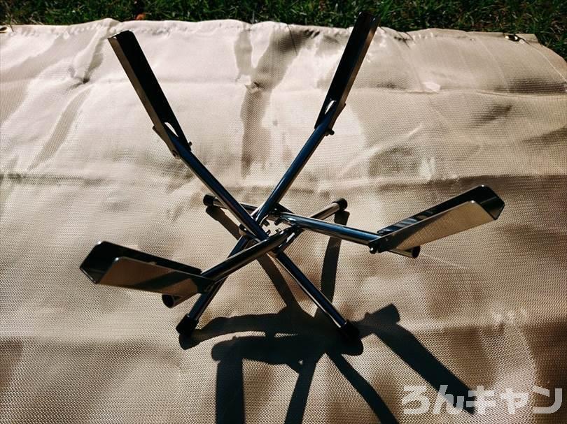 ユニフレームのファイアグリルsoloの足(スタンド)を組み立てる様子