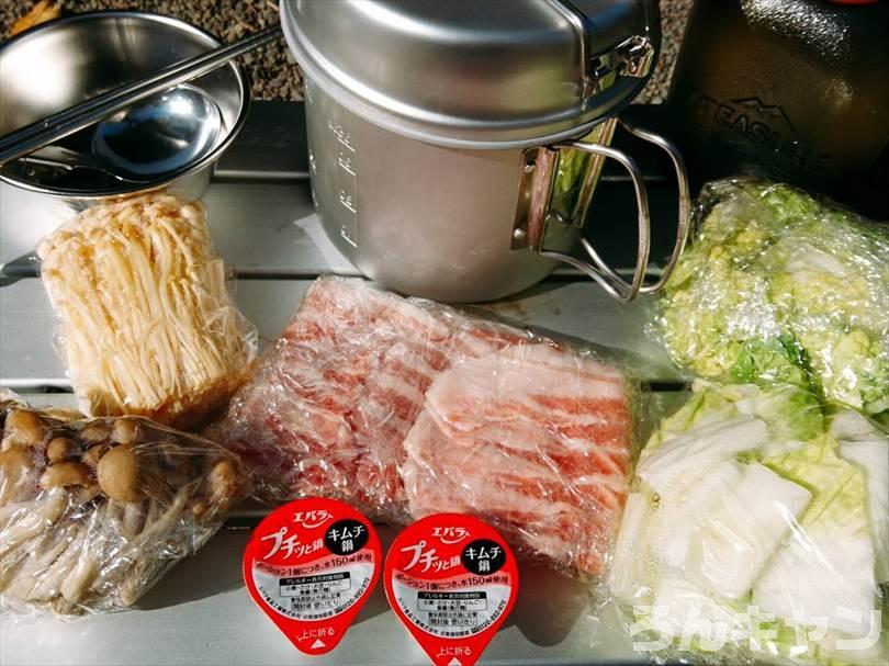 キムチ鍋の材料(豚肉・白菜・しめじ・エノキダケ・味付けのプチッと鍋)