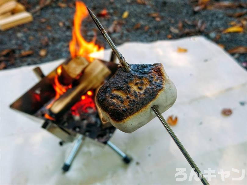 焼きすぎて焦げた焼きマシュマロ
