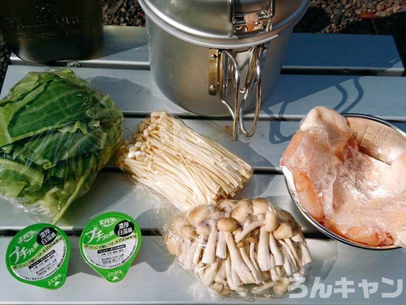 鶏白湯鍋の材料(鶏肉・キャベツ・しめじ・エノキダケ・味付けのプチッと鍋)