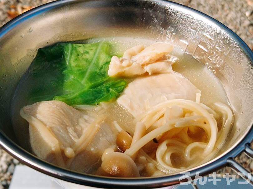 エバラのプチッと鍋「濃厚白湯鍋」を使ってキャンプで鍋料理をつくる