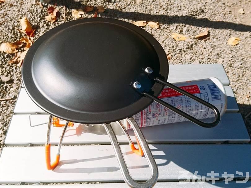 ニトリの『IH 二層鋼グリルパン 片手(16cm)』をキャンプで使ってチキンステーキを焼く様子