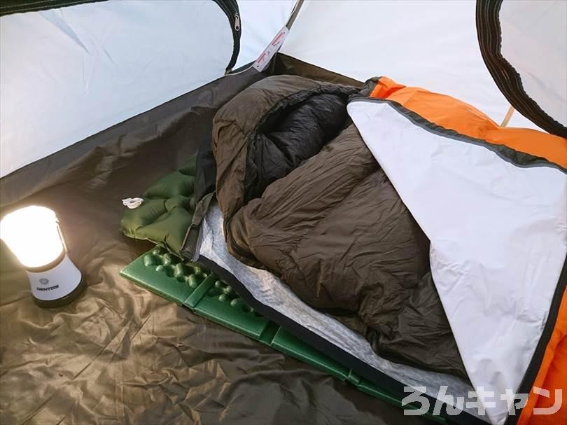 オクトス(oxtos)透湿防水シュラフカバーを使って寝る様子