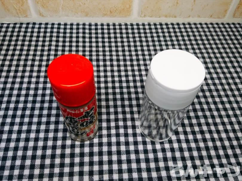 ダイソーのスパイスボトル(調味料入れ)と七味唐辛子ボトルの大きさを比較