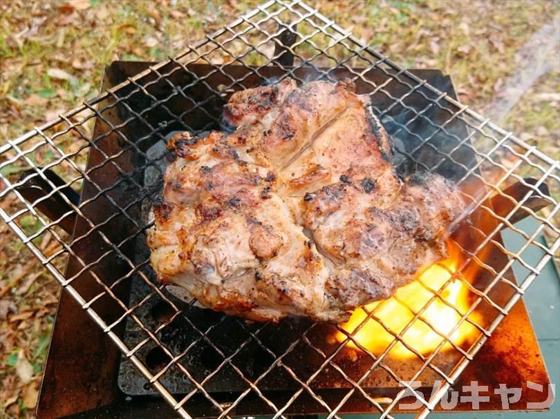 ロゴスの『エコココロゴス』(ミニラウンドストーブ4)を使ってキャンプで鶏もも肉を焼く