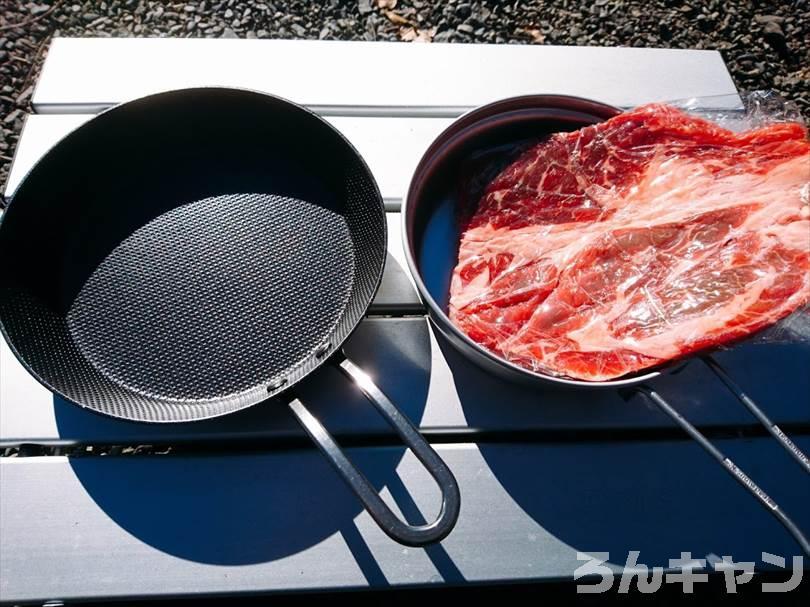 キャンプでステーキを焼く