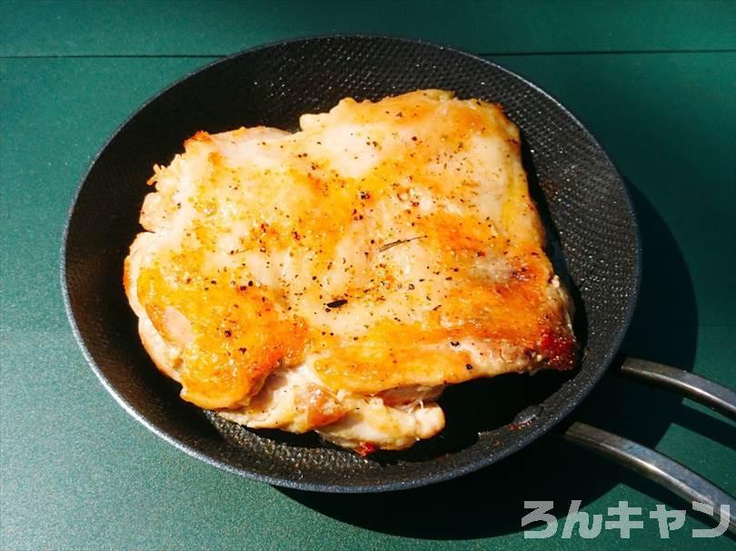 『TokyoCamp 焚き火台』のオプションパーツを使って焚き火料理でチキンステーキを焼く