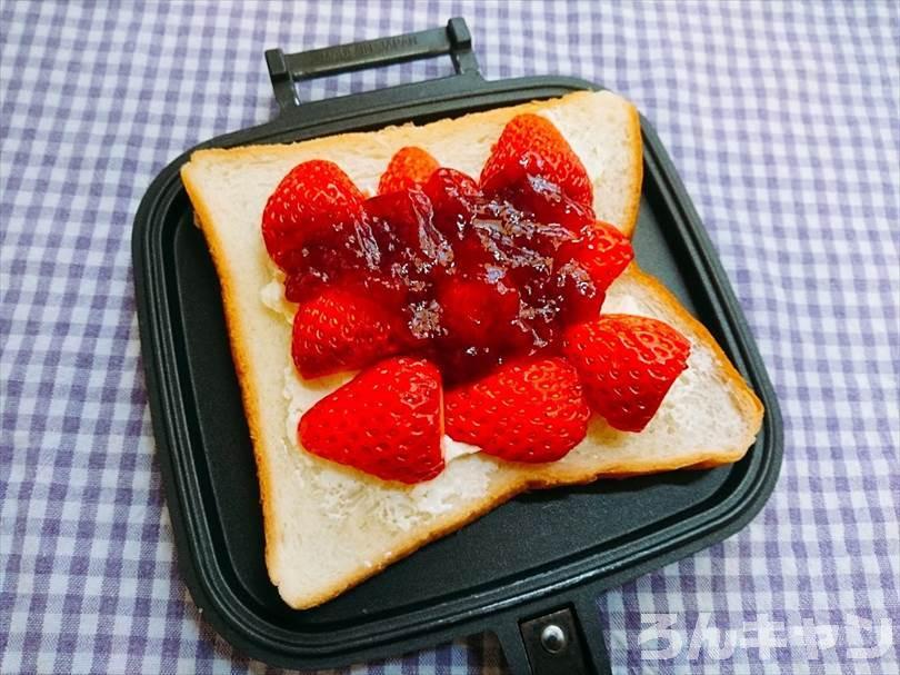 フルーツの苺とイチゴジャムとクリームのホットサンド