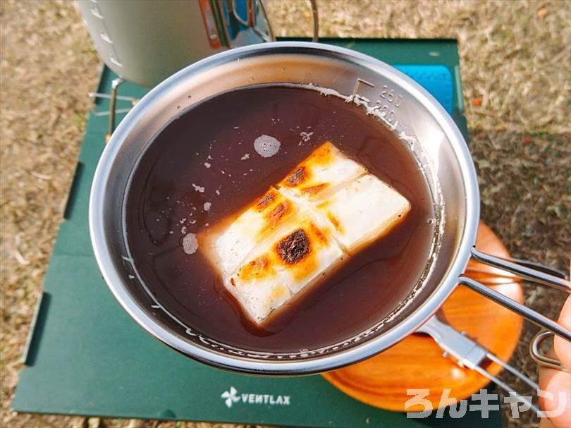 キャンプでお餅を焼いてぜんざいにして食べる