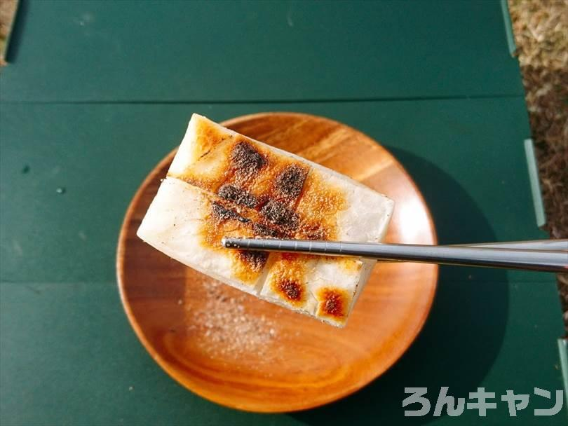 キャンプでお餅を焼いてマキシマムをかけて食べる