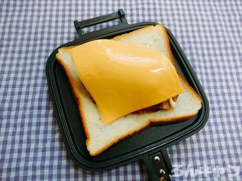 チャーシューと煮玉子のホットサンド(とろけるチーズ入り)