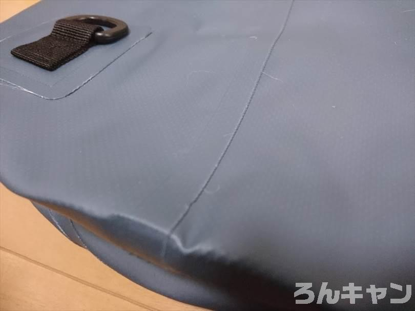 ダイソーのドライバッグ(15L)は防水機能がしっかりでキャンプにおすすめ(お手頃価格でコスパ抜群)