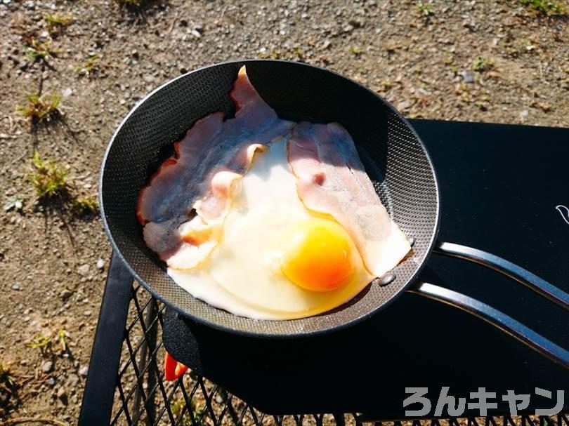 キャンプ場でつくれる簡単な卵料理(ベーコンエッグ)