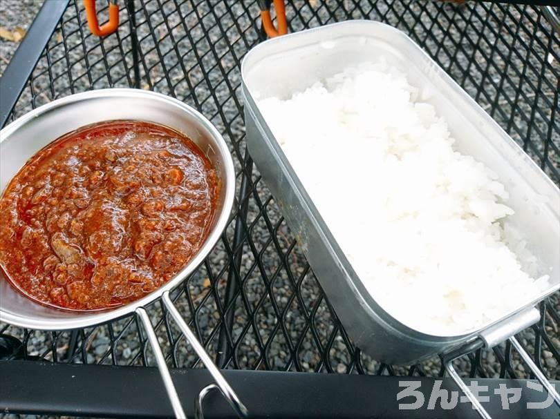 【お手軽キャンプ飯】無印良品のカレーを外で食べると100倍美味しい|ジンジャードライキーマは生姜たっぷりでひき肉がゴロゴロ入ってスパイシー