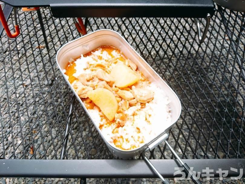 【お手軽キャンプ飯】無印良品のカレーを外で食べると100倍美味しい|マッサマンカレーはピーナッツのコクと鶏肉の旨味がたっぷりで甘くて美味しい