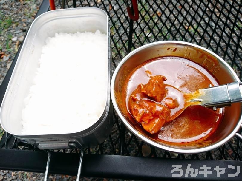 【お手軽キャンプ飯】無印良品のカレーを外で食べると100倍美味しい|スパイシーチキンカレーはブラックペッパーと赤唐辛子の辛さが楽しめる大人のカレー