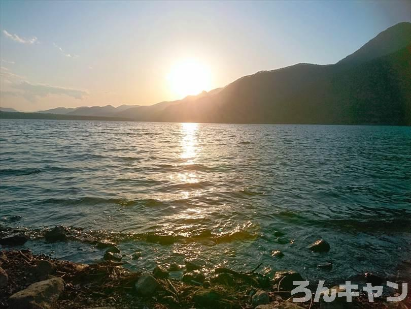 【西湖津原キャンプ場】夕方と早朝の輝く湖が美しい(写真レポ)