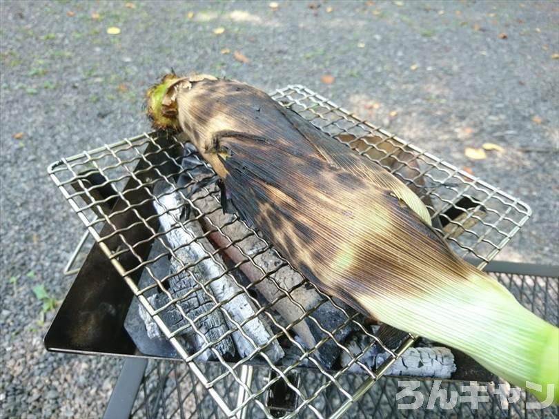 【炭火で簡単】バーベキューで絶品とうもろこし|焼き方は「生を皮ごと焼く」が正解
