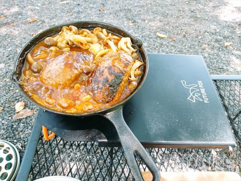 【簡単】キャンプで煮込みハンバーグ|市販のソースを使えば楽チンで美味しい