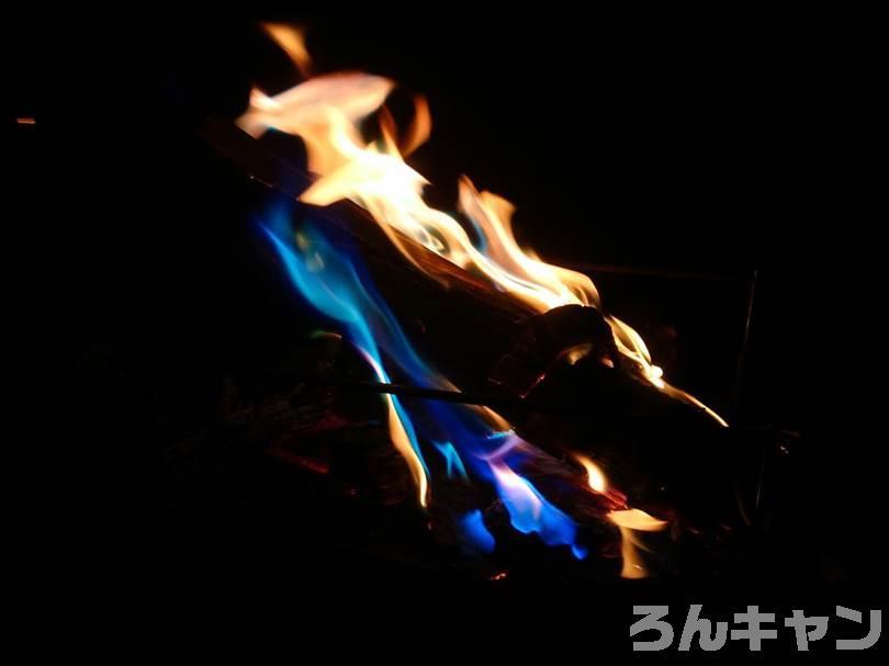 【100均】ダイソーのミラクルファイヤー 焚き火の炎をカラフルに変える魔法のアイテム